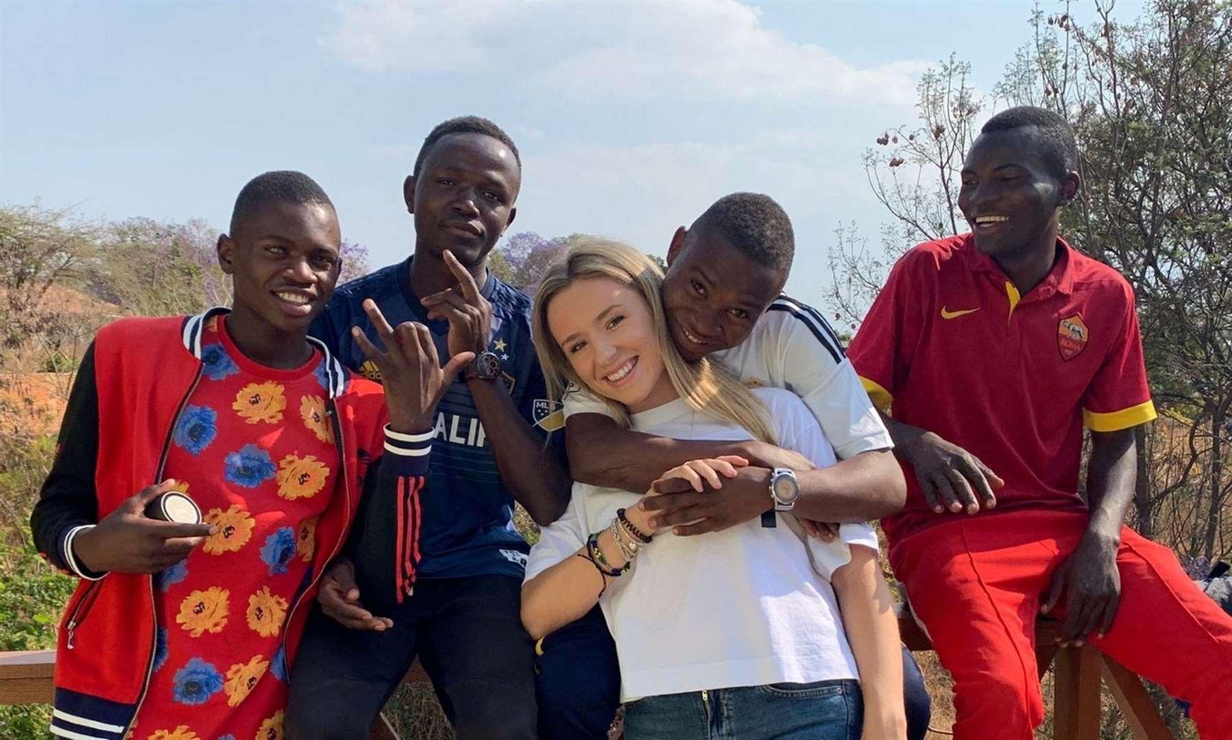"""O tânără de 26 de ani a adoptat 14 copii din Tanzania: """"Acești copii sunt viața mea acum"""""""