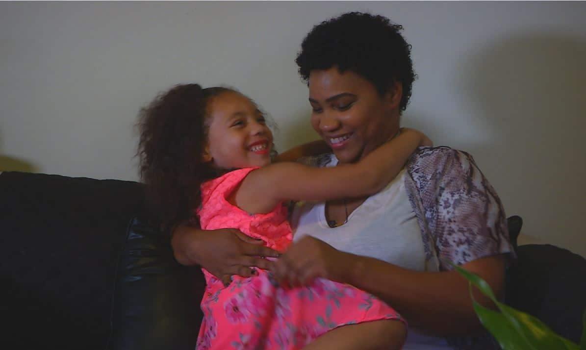 """O fetiță de 5 ani și-a salvat mama, după ce a sunat la timp la Ambulanță: """"Nu a intrat deloc în panică"""""""