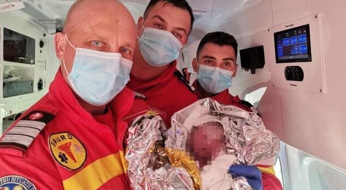 O gravidă din Bistrița a născut în ambulanță, cu paramedicii. Voinicelul Andrei s-a grăbit să vină pe lume | Demamici.ro