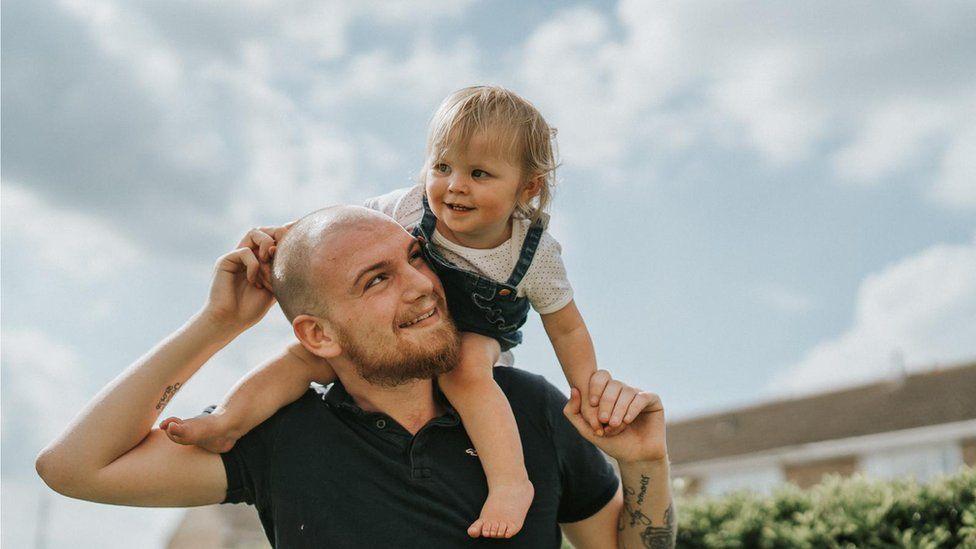 O fetiță de 11 luni a stat 4 luni cu o baterie blocată în gât. Medicii au crezut că are amigdalită | Demamici.ro
