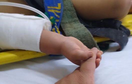 Un bebeluș îl ține de mână pe paramedicul care l-a salvat de la locul accidentului în care și-a pierdut ambii părinți | Demamici.ro