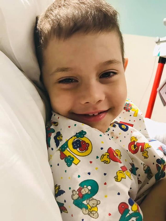"""Zâmbetul unui copil de 6 ani pe patul de spital, când primește diagnosticul: """"Un banal virus"""". Băiatul reușise să învingă leucemia în urmă cu 1 an"""