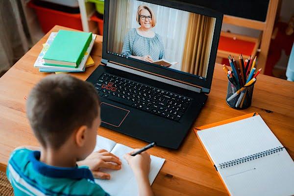 Redeschiderea școlilor, amânată. Cât vor mai ține cursurile online