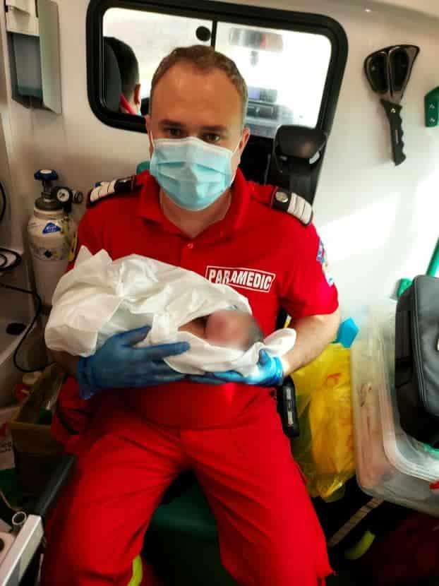 Ei sunt Andrei, Marius și Gabriel, echipajul SMURD care a ajutat o proaspătă mămică ce a născut acasă, neasistată | Demamici
