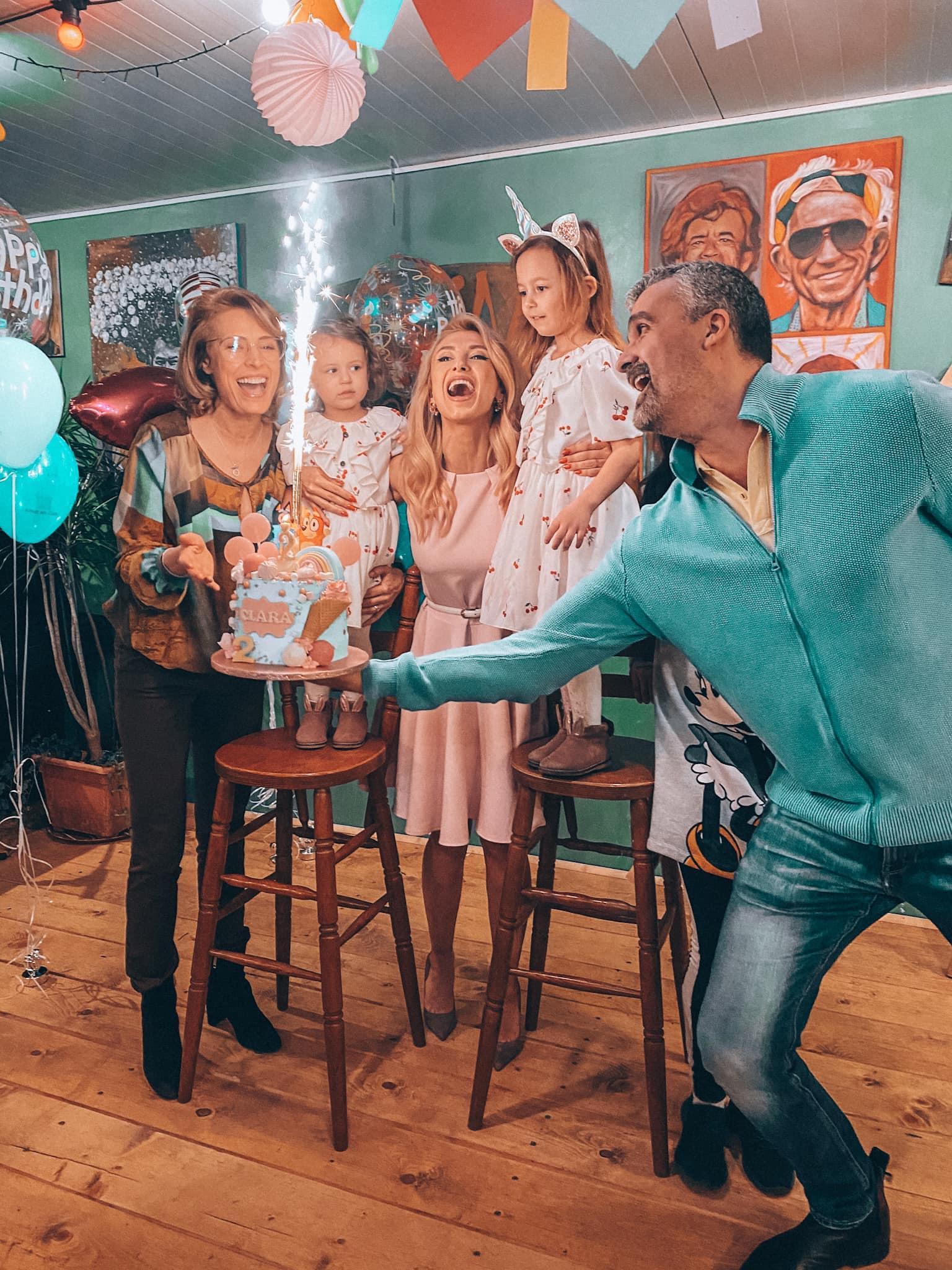 Andreea Bălan, petrecere cu surprize pentru micuța Clara. Nașii Aurelian Temișan și Monica Davidescu au fost și ei prezenți