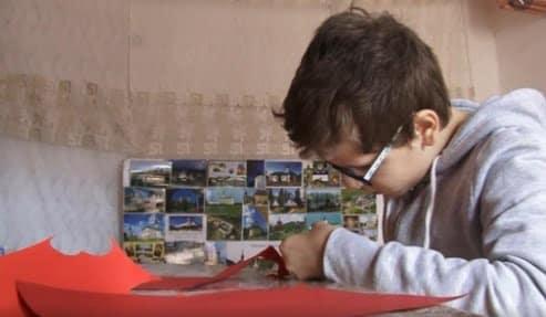 """Mobilizare pentru băiețelul umilit de învățătoare pentru că i-a oferit un mărțișor """"urât"""". Sute de oameni vor să cumpere de la el"""