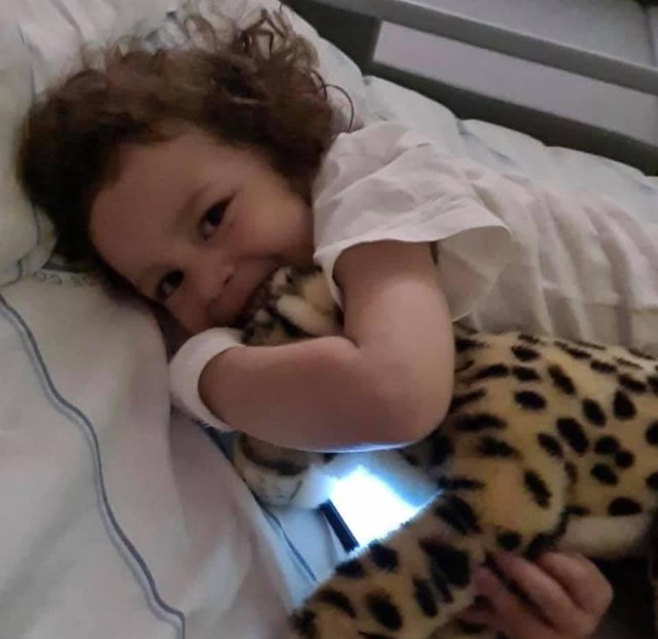 Otilia, o minunăție cu cârlionți, măcinată de boală și un suflet de tată disperat să-și salveze fetița | Demamici.ro