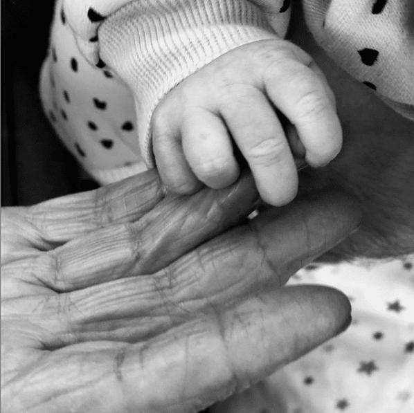 """Smiley și-a dus fetița în vizită la bunica lui: """"O intalnire superbă între mâna care m-a crescut și mânuța puiul de om pe care îl voi crește eu""""   Demamici.ro"""