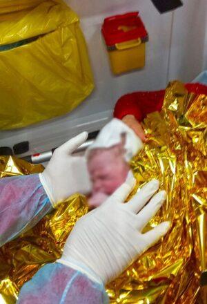 O mamă din Suceava a născut în ambulanța SMURD, cu 2 km înainte de a ajunge la spital. Femeia mai are acasă 8 copii | Demamici.ro