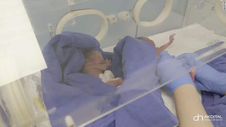 O tânără de 25 de ani a născut 9 bebeluși, stabilind un nou record mondial. Cele 5 fetițe și 4 băieței vor petrece în spital încă 3 luni | Demamici.ro
