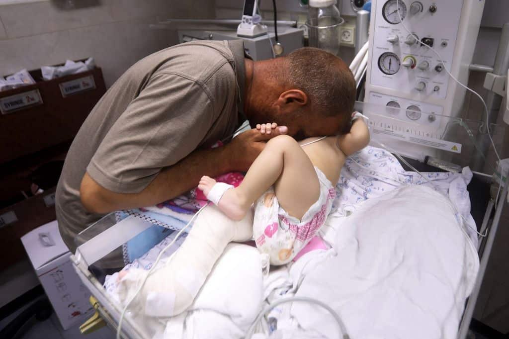Un bebeluș a fost găsit în viață, la pieptul mamei moarte. Casa lor, din Gaza, fusese lovită de o rachetă