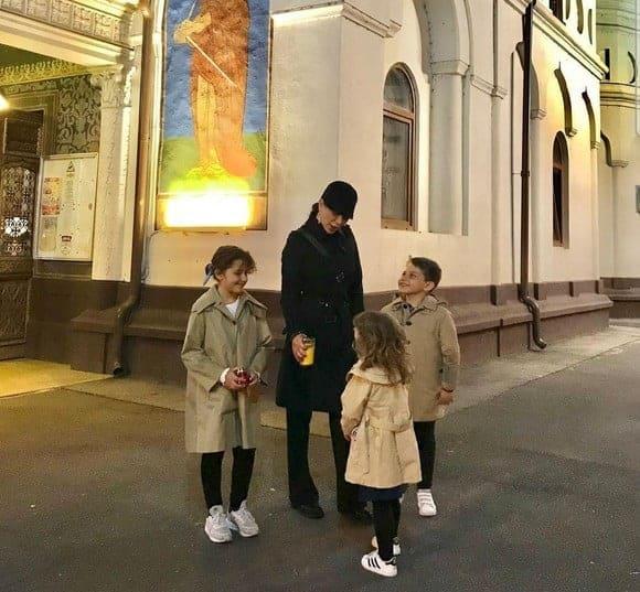 Elena Băsescu a mers la slujba de Înviere însoțită de cei trei copii! Juniorii au ieșit din casă asortați