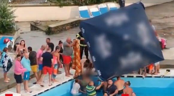Atenție, dacă mergeți în parcuri acvatice. O fetiță de 5 ani a rămas cu mâna blocată în scurgerea unui bazin din Mamaia