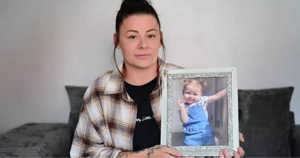 O fetiță de 2 ani a murit după ce a înghițit bateria de la telecomandă. Străbunicul fetei s-a sinucis după tragedie